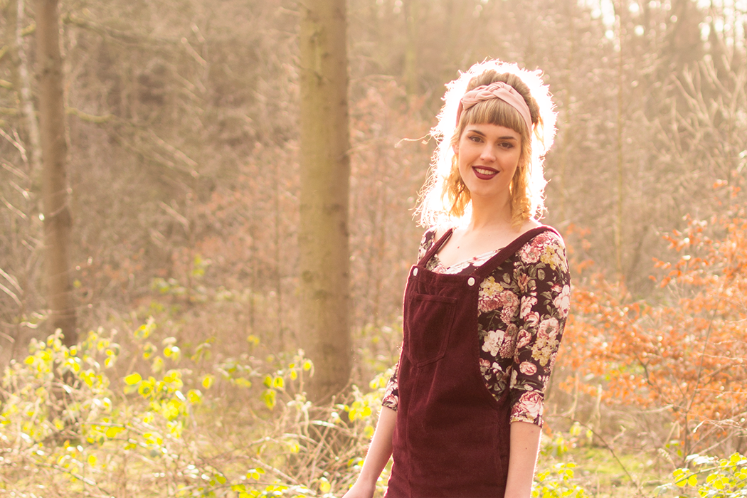 Retromantisch retro fashion blog romantic floral dress Topshop burgundy dungaree pinafore Johnny loves Rosie dress Forever21