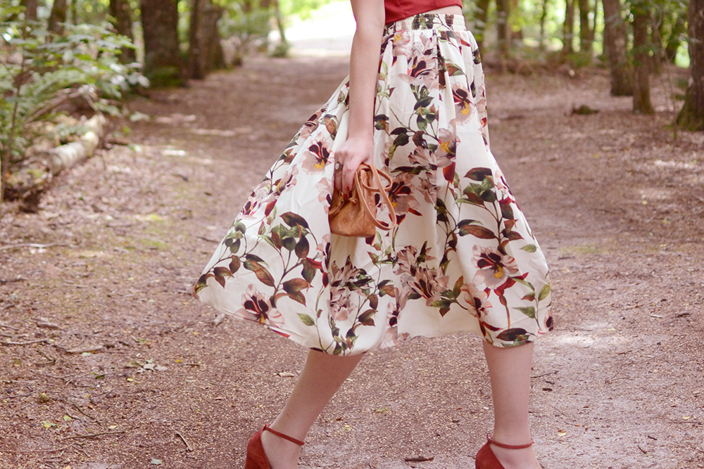 Retromantisch floral midi skirt rok bloemen Urban Outfitters tasje tote bag vintage style outfit Ilovevintage Amsterdam wedges mary janes suede red sleehak retro romantic fashion blog