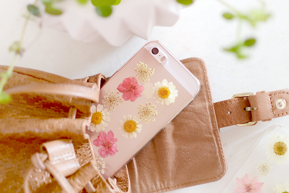 Retromantisch retro romantic fashion blog floral phone case iphone pressed flower dried flowers bloemen gedroogd telefoonhoesje hoesje madeliefjes bloem