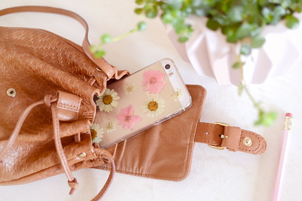Retromantisch retro romantic fashion blog floral phone case iphone pressed flower dried flowers bloemen gedroogd telefoonhoesje hoesje madeliefjes