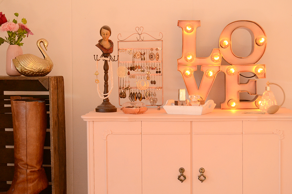 Retromantisch retro interior blog bulb lamp industrial vintage cabinet pink nude jewelry make up corner H&M crates wood