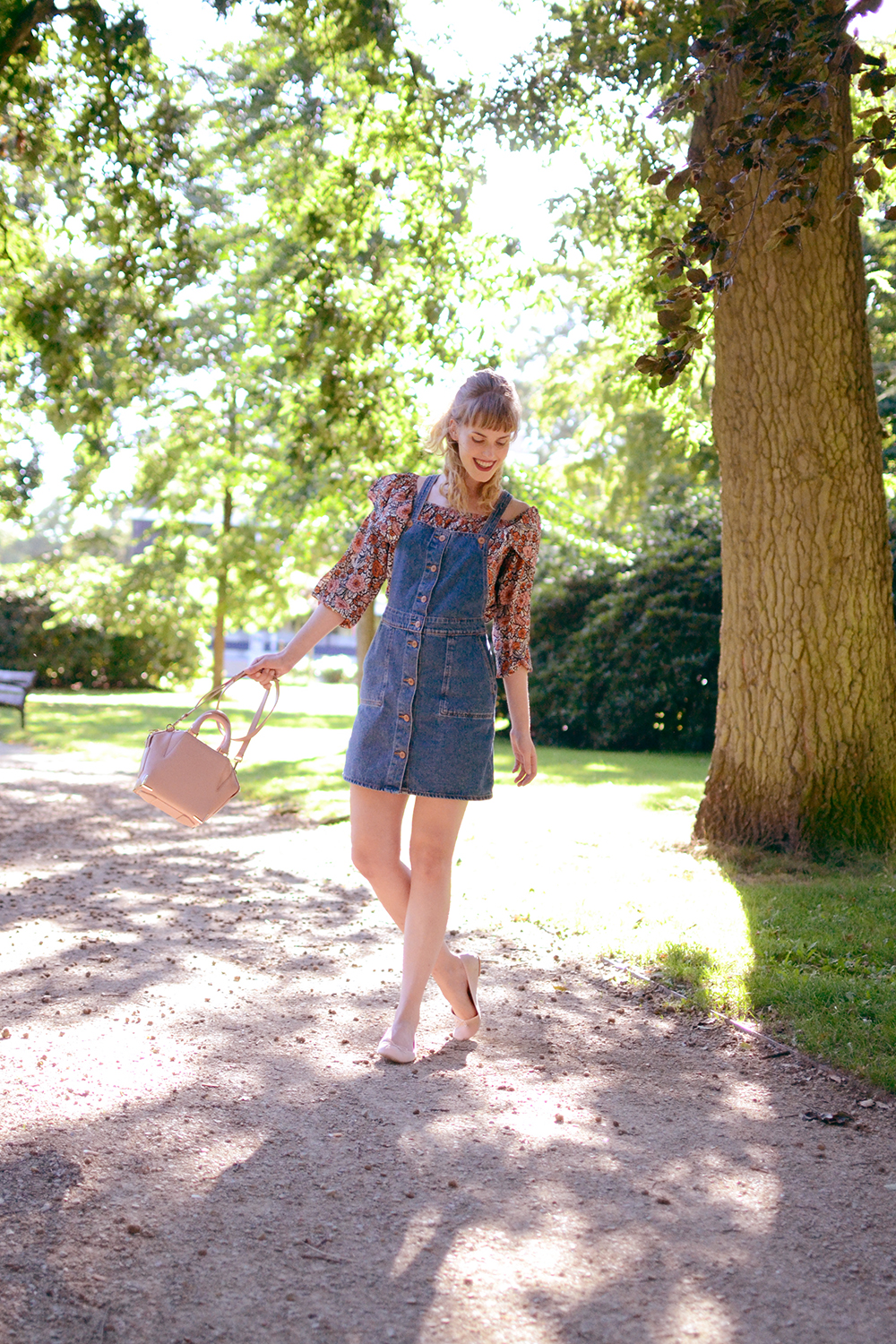 Retromantisch retro romantic fashion blog floral top Glamorous Monki pinafore jurk dress dungaree Alexander Wang bag Emile blush H&M flats ballerina