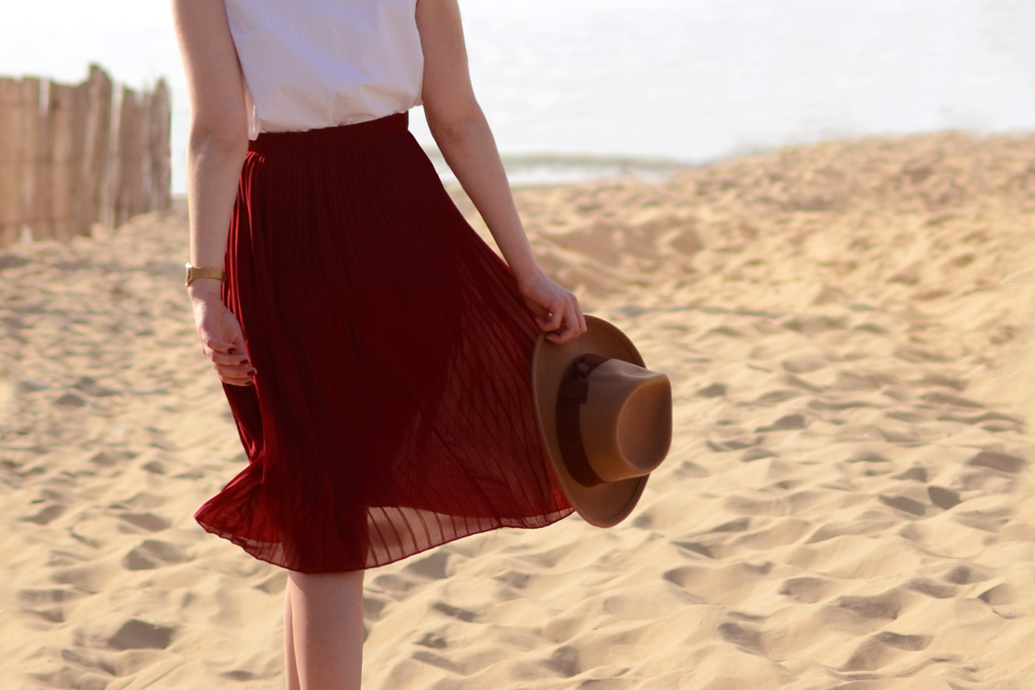 Retromantisch retro romantic fashion blog skirt hat Brixton Komono Estelle Royale watch gold horloge burgundy skirt blouse ruffle style look outfit