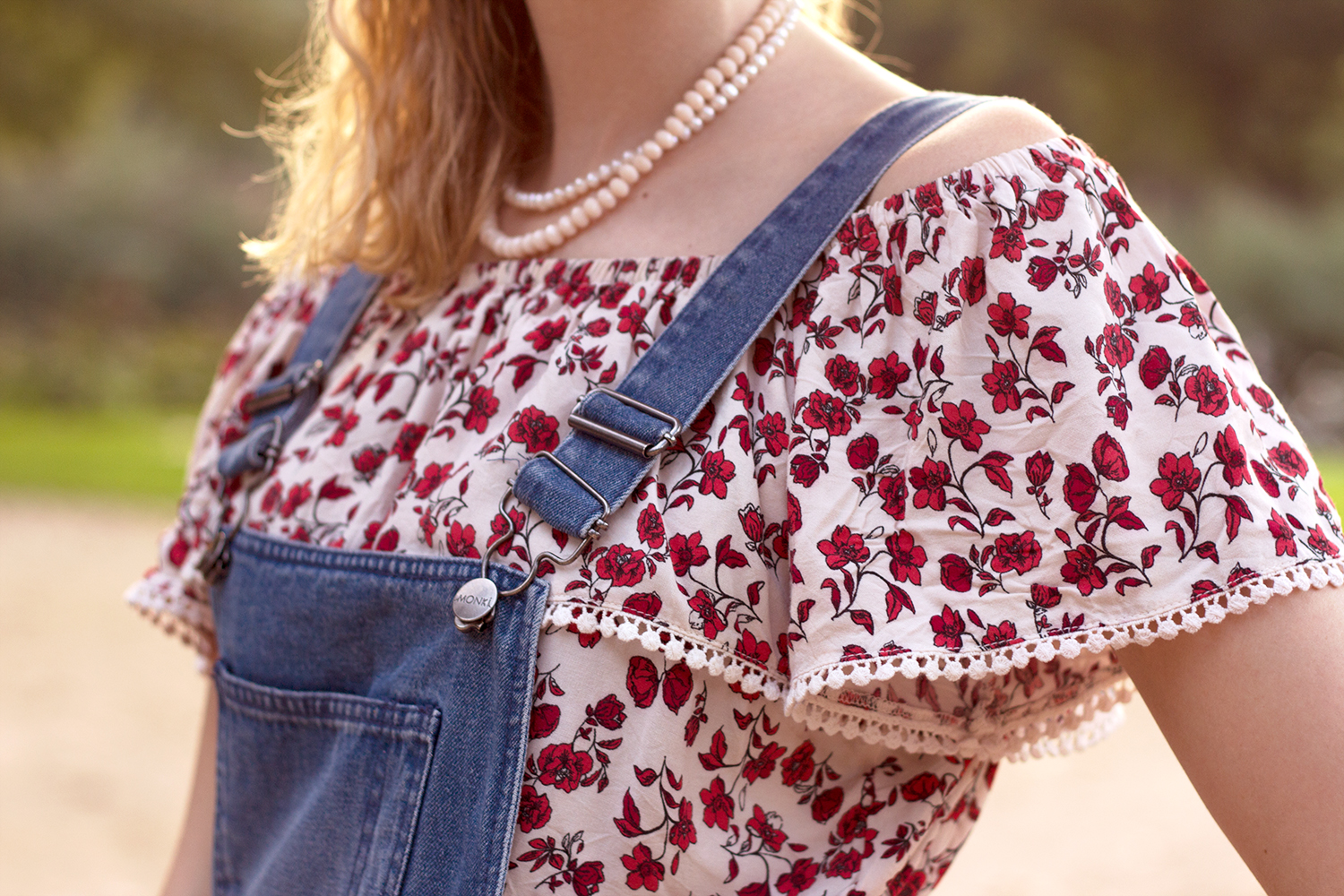 Retromantisch retro romantic fashion blog vintage look floral top H&M tuinbroek monki dungarees dungaree pearl necklace drks roses