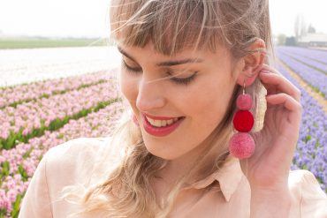 Retromantisch diy oorbellen pom pons earrings red pink pompons