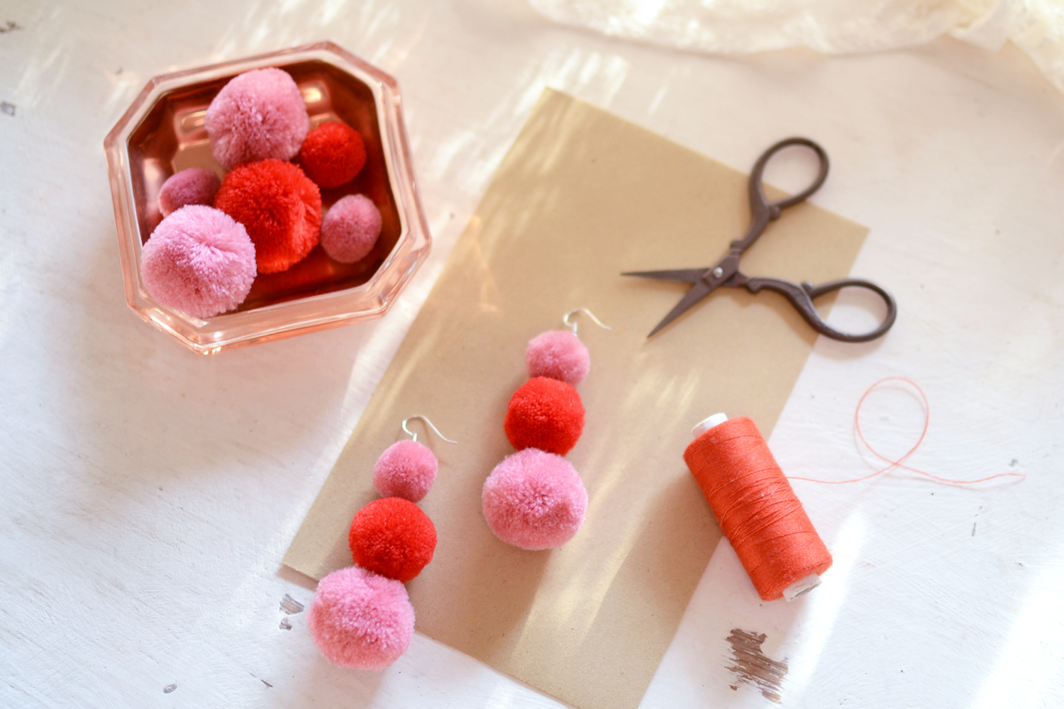 Retromantisch retro romantisch blog DIY earrings pom pom pink red cute zelfgemaakt 1