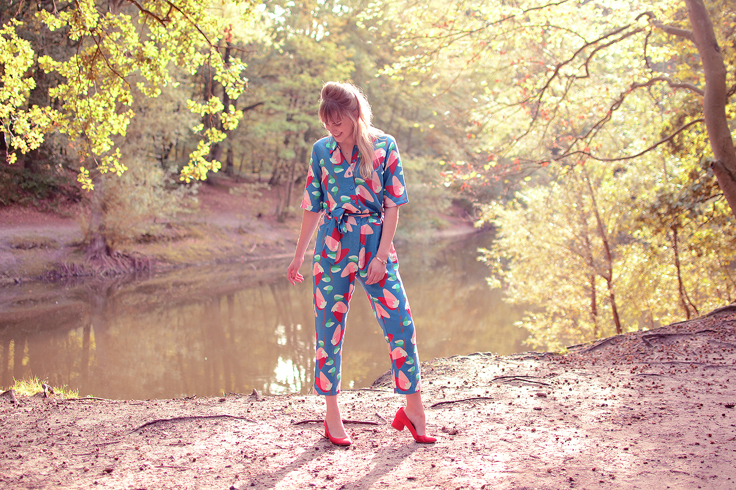 Retromantisch who's that girl jumpsuit blue outfit fashion blog red pumps block heel wow to go wtg