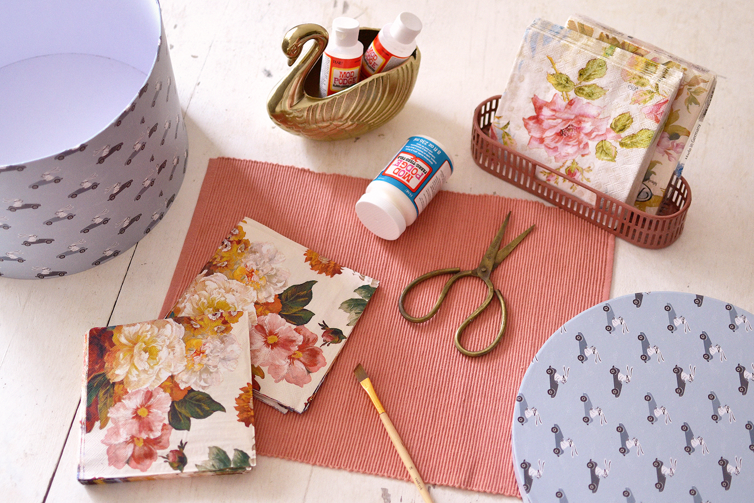 Retromantisch - DIY - hoedendoos bloemen decoupage servetten napkins floral retro romantic mod podge flowers bloemen hat box