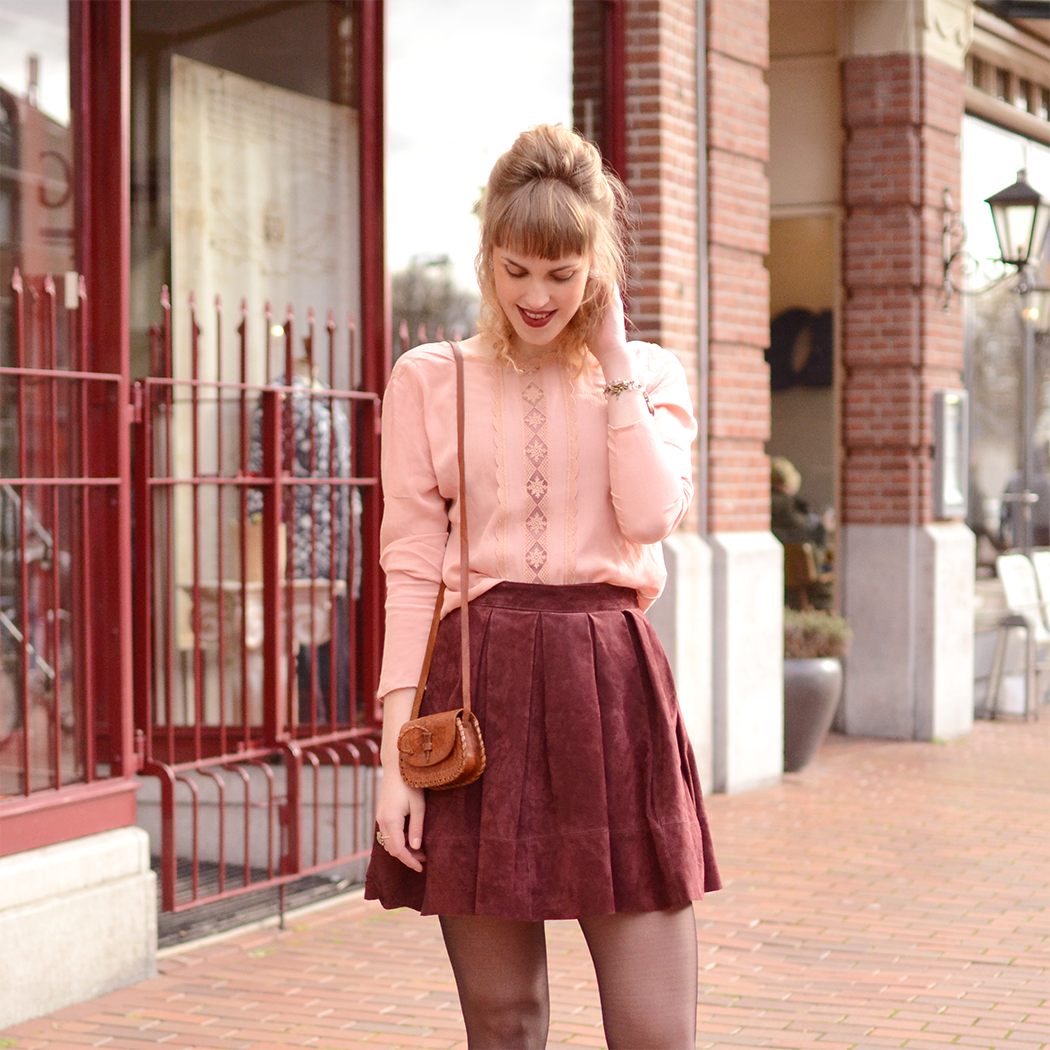 Retromantisch retro fashion blog oxfords Sacha Miss Selfridge suede skirt burgundy ring H&M lace top pink pearls bag