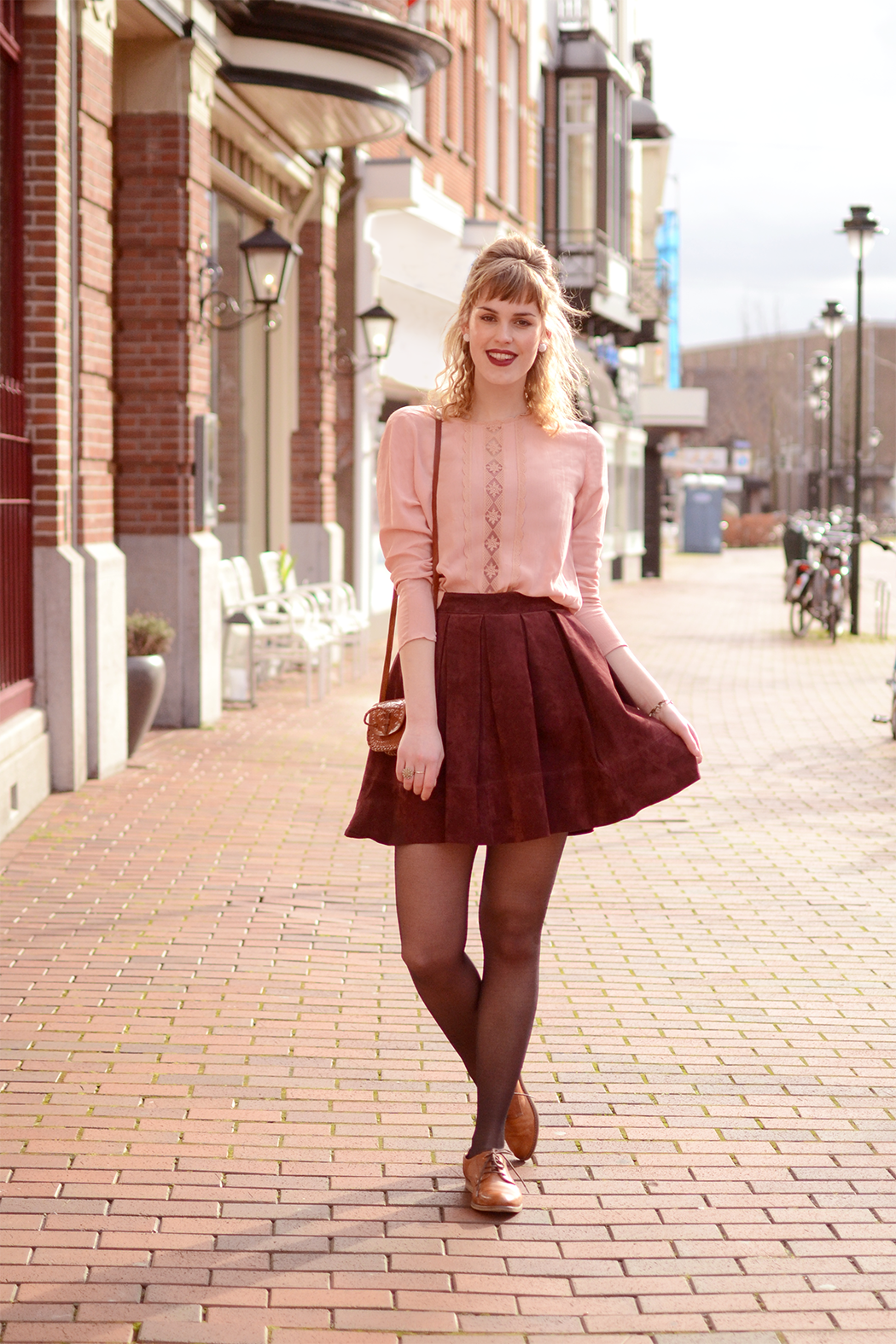 Retromantisch retro fashion blog oxfords Sacha Miss Selfridge suede skirt burgundy ring H&M lace top pink pearls