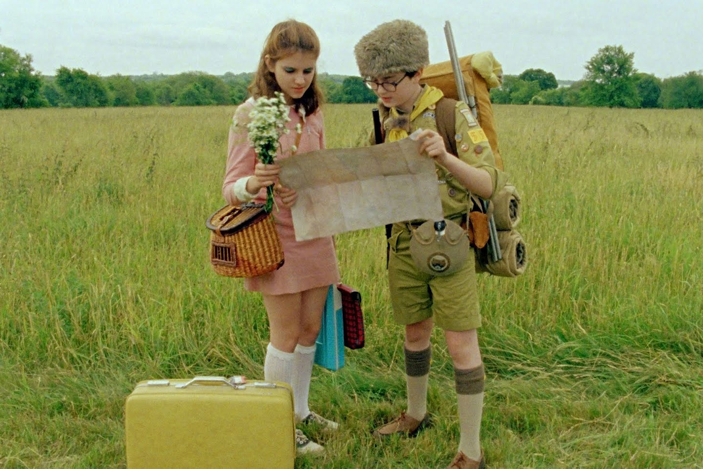 Retromantisch Wes Anderson Moonrise Kingdom Suzy Bishop pink dress collar suitcase scout