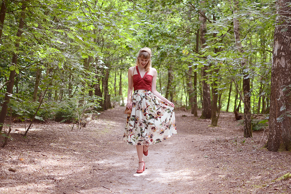 Retromantisch floral midi skirt rok bloemen Urban Outfitters tasje bag vintage style outfit Ilovevintage Amsterdam mary janes red sleehak wedges retro fashion blog