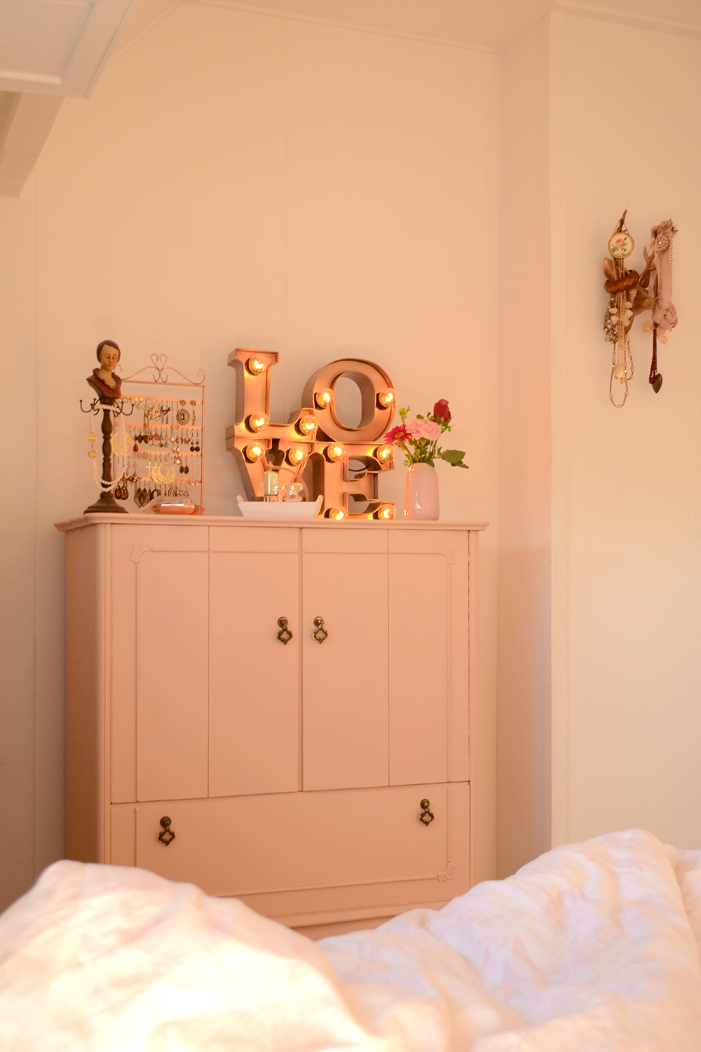 Retromantisch retro interior blog bulb lamp industrial vintage cabinet pink nude jewelry make up corner Sissy Boy H&M