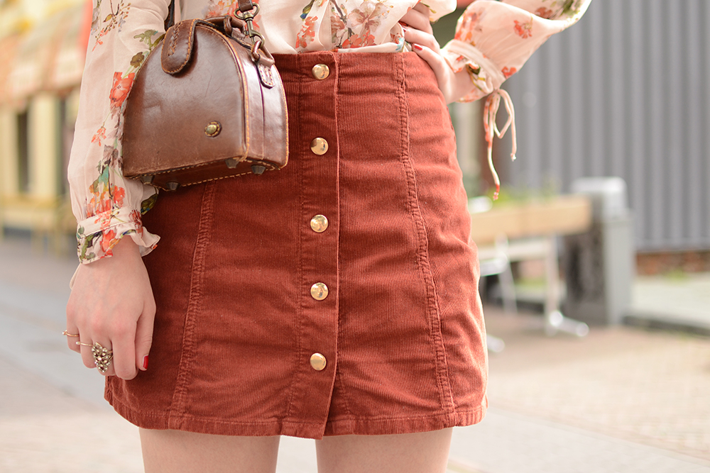 Retromantisch retro romantic fashion blog floral blouse nude Zara vintage bag Topshop skirt button corduroy ring style orange copper gold