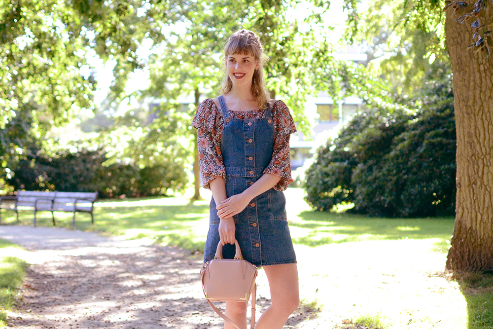 Retromantisch retro romantic fashion blog floral top Glamorous Monki pinafore jurk dress dungaree Alexander Wang bag Emile blush