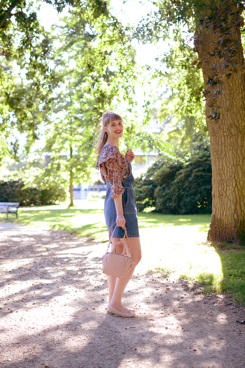 Retromantisch retro romantic fashion blog floral top Glamorous Monki pinafore jurk dress dungaree H&M pink flats ballerina Alexander Wang bag Emile blush