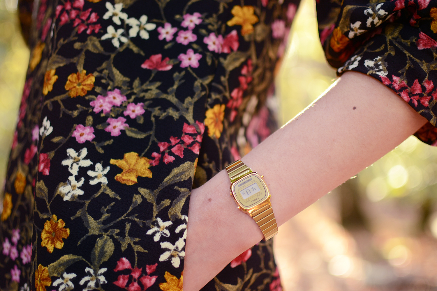 Retromantisch Zara floral dress black jurkje bloemen fashion blog retro vintage style look outfit casio watch gold