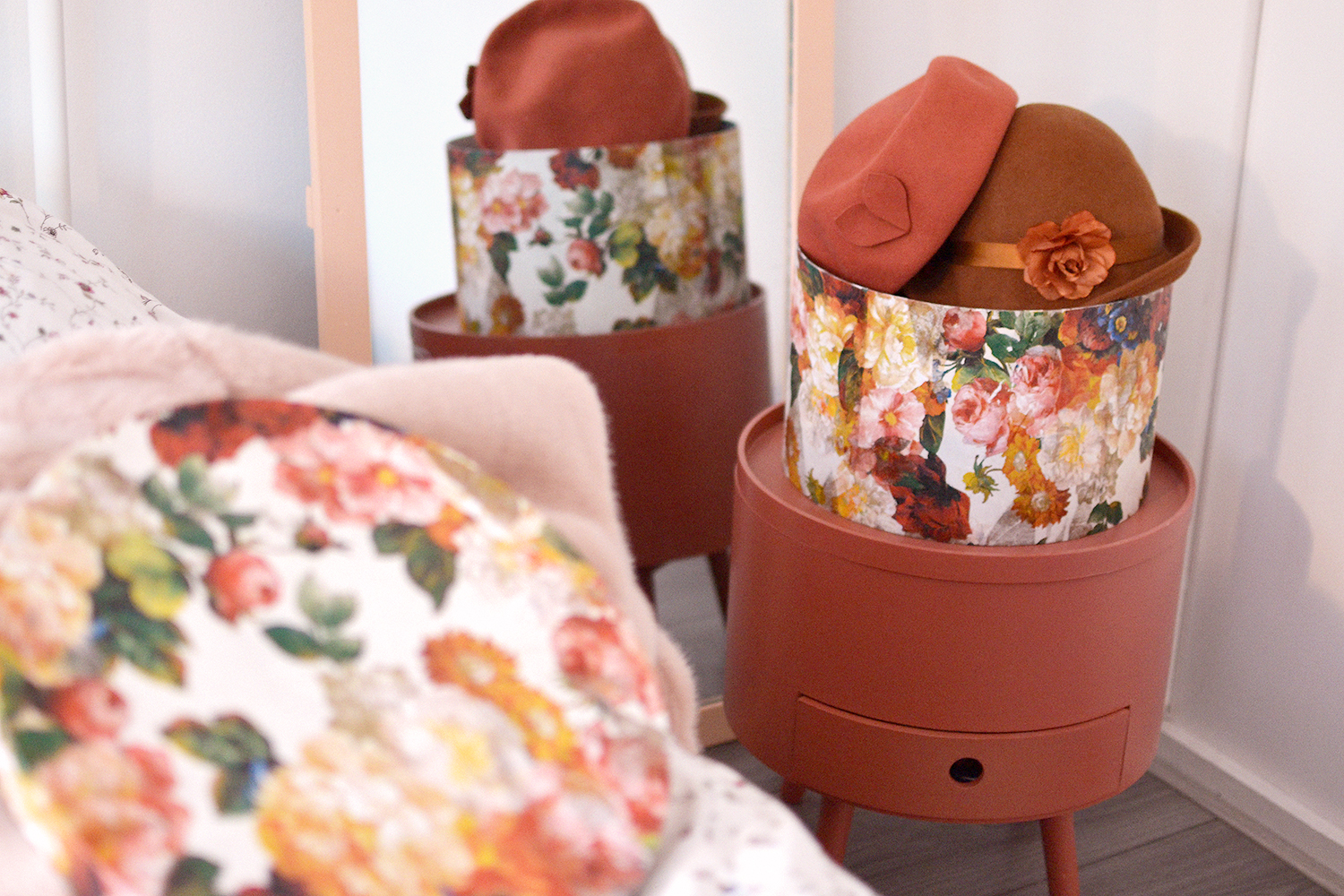 Retromantisch - DIY - hoedendoos bloemen decoupage servetten floral retro romantic mod podge napkins flowers bloemen hat box