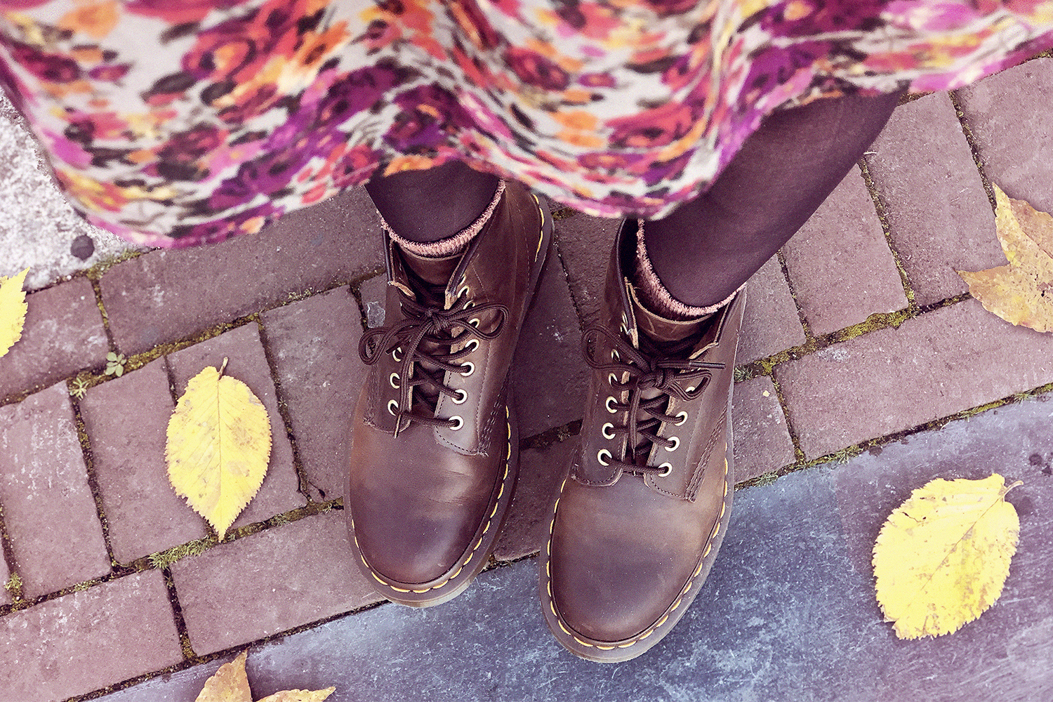 Retromantisch thrifted dress bloemenjurkje floral dress vintage Dr Martens brown boots fashion blog outfit Amsterdam